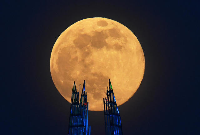 2020-04-07t190339z-1591495591-rc2vzf927j7s-rtrmadp-3-supermoon-sighting-britain